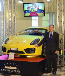 Philipp Albrecht, Marketing Manager des Grand Casino Luzern, mit dem neuen Porsche Cayman S 2013, der im Foyer des Grand Casino Luzern im Auto Jackpot zu gewinnen ist.