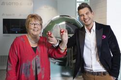 """""""Lotto-Prinz"""" Chris Fleischhauer mit Geschäftsführerin Marion Caspers-Merk im firmeneigenen Museum vor der historischen Lotto-Ziehungstrommel des Jahres 1958."""