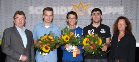 Geschäftsführer Axel Schmidt und Nadja Beer (links) gratulierten zum erfolgreichen Abschluss der Ausbildung zur/zum Bürokauffrau/-mann.