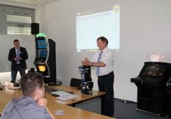 Die Experten des adp merkur service Marco Schepers (links) und Ralf Jording (rechts) brachten die Teilnehmer mit ihrer unterhaltsamen Präsentation auf den aktuellsten Stand der Technik.