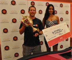 Lukas Bodmer (l.), Sieger des 4. Poker Circle Swiss Open und Bianca Sissing, Botschafterin des Grand Casino Luzern.