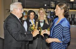 Spielstättenbewertungsleiter Klaus Heinen übergibt den Golden Jack an Jenifer Feyhan, Gebietsleiterin der Schmidt Gruppe. (Foto: Stefan Dreizehnter)