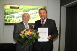 Anfang des Jahres feierte Karl-Heinz Kölling (l.) sein 30-jähriges Arbeitsjubiläum, zu dem Unternehmensgründer Paul Gauselmann ihm gratulierte.