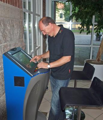 Matthias Wilck überprüft das Touchscrengerät.