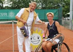 Die Weltranglistenerste im Rollstuhltennis Sabine Ellerbrock folgte der Einladung ihres Förderers Paul Gauselmann und demonstrierte, wie man im Rollstuhl Tennis spielt.