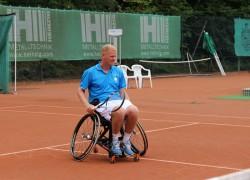 Auch Franz Stauder testete das Spiel im Rollstuhl aus und schlug sogar ein paar Bälle mit Ellerbrocks Trainingspartner Stefan Wöhle.