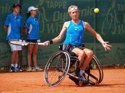 Die Weltranglistenerste im Rollstuhltennis Sabine Ellerbrock demonstriert ihr sportliches Talent beim TV Espelkamp-Mittwald.