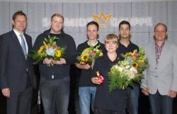 Geschäftsführer Burkhard Revers (links) und Heinz Fleige, Leiter Technik, (rechts) gratulierten Patrick Depel, Lukas Ruhe, Mariana-Carmen Popov und Nadeem Malik.