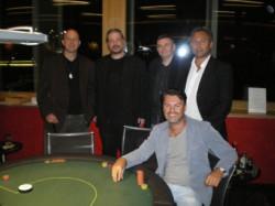 """Das Foto zeigt die glücklichen Gewinner (sitzend Chipleader Dejan Popovic, stehend von li. n. r. """"Buddha"""" (5. Platz), """"Barny"""" (2.), """"High Fisch"""" (4.), """"Katze"""" (3.)."""