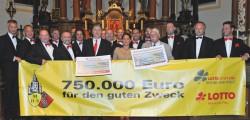 Über 120 Konzerte und 750.000 Euro für soziale Zwecke: Die Mainzer Hofsänger erfreuen die Zuhörer und tun damit viel Gutes. Darüber freuen sich auch der stellvertretende Lotto-Aufsichtsratsvorsitzende Walter Desch sowie Trampolin-Olympiasiegerin und Lotto-Repräsentantin Anna Dogonadze.