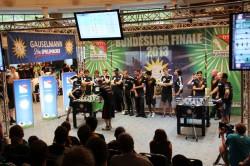 Während das Spiel am rechten Kickertisch zwischen der KGB Hannover und dem TFV München in der Gauselmann-Arena bereits entschieden war, fieberten die Mannschaften beim zweiten Match noch mit ihren Spielern mit.