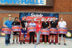Armin Gauselmann (4.v.l.) und Kirstin Korte (stellv. Landrätin – 5.v.l.) übernahmen die Siegerehrung beim diesjährigen Casino-Merkur-Spielothek-Cup in Minden.