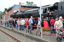 Großes Interesse: Zahlreiche Besucher waren nach Rahden gekommen, um die historische Dampflok aus nächster Nähe zu bestaunen.