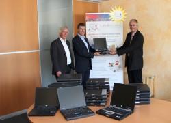 V.l.n.r.: Dr. Günter Steinau, Geschäftsführer der BEIT Systemhaus GmbH, und Klaus Bohnerth, Leiter Administration Management, überreichten 42 ausgemusterte Laptops an Ralf Hamm, 1. Vorsitzender Labdoo.org e.V.