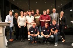 Ihre Pokale erhielten die Gewinner von Lukas Derwenskus und Cornelia Dömer (Landesvertretung Rheinland-Pfalz; 3. Reihe, 1. und 2. v. l.), Helmut Schneller (Löwen Entertainment; 3. Reihe, 3. v. l.), sowie Sina Treichel und Mario Hoffmeister (Gauselmann Gruppe; 2. Reihe, 1. und 2. v. r.).