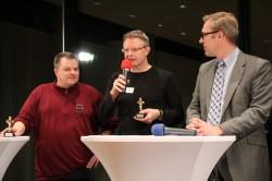 """Die glücklichen Sieger Bernd Kropf (links) und Michael Zischka (Mitte) von der """"Botschaft Litauen"""" entschieden sich dafür, ihren Gewinn an den Verein """"Füxxe, Spazzen & Co."""" zu spenden, der sich für Kinder und Jugendliche einsetzt."""