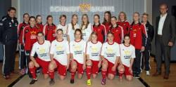 Die Fußballerinnen der SG Coesfeld 06 bedankten sich bei Geschäftsführer Arne Schmidt für die Unterstützung.