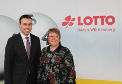 Besuchte die Stuttgarter Lotto-Zentrale: Nils Schmid, baden-württembergischer Landesminister für Finanzen und Wirtschaft mit Lotto-Geschäftsführerin Marion Caspers-Merk.