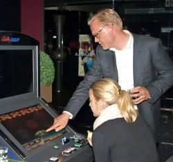 Arne Schmidt erklärt ein Spielgerät.