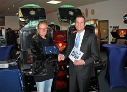 Frank Lenger, Leiter Teiledienst + Zubehör beim adp merkur service, gratuliert Roswitha Schwarze zu ihrem neuen iPad.
