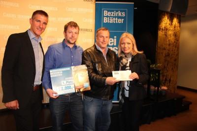 Die Gewinner des Extrapreises Harald Engleder und Stefan Graf mit Scheck und Gutscheinen. (Foto: Casino Innsbruck)