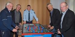 Robert Hess (rechts) überreichte mit Herbert Bölt (2.v.l.) den Kicker an BernhardKühte (links), Helmut Geuking (Mitte) und Rolf Silwedel (2.v.r.).