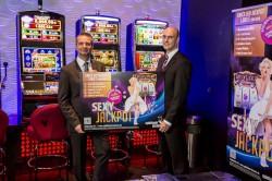 """Spielbankdirektor Jürgen Lagodny (links) und WestSpiel-Pressesprecher David Schnabel präsentieren die neue Jackpot-Anlage """"Life of Luxury Deluxe"""". (Foto: Andreas Caspari)"""