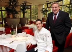 Freuen sich über die ehrenvolle Auszeichnung für das Restaurant Palmgarden: Küchenchef Michael Dyllong und Konrad Casciani, Geschäftsführer WestSpiel Entertainment. (Foto: Nils Foltynowicz)
