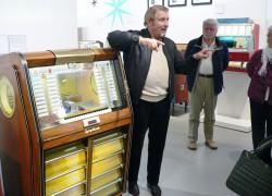 Paul Gauselmann (links) begrüßte kürzlich die ersten Übernachtungsgäste im Museum. Dieses Musikautomatenmodell aus Espelkamp war vor 57 Jahren der Anfang der Gauselmann Firmengruppe.