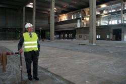 Freut sich über den schnellen Fortschritt auf der Baustelle: Unternehmensgründer Paul Gauselmann in der neuen Logistikhalle.