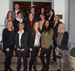 Die neuen Filialleiterinnen gemeinsam mit Gudrun Klerner (rechts) und den Trainern Stella Schoo (links) und Johannes Bollingerfehr (hintere Reihe links).