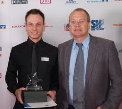 Karl-Heinz Volks, Technik-Teamleiter, gratulierte Lukas Ruhe zur Auszeichnung.