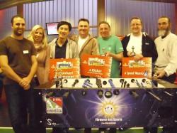 Die Sieger des Merkur-OWL-Kicker-Cups 2013 stehen fest: Sina Treichel (2.v.l.), Gauselmann Gruppe, gratuliert (v.l.n.r.) Alija Dzemaili und Vi Sung Bu (Platz 1), Rainer Kötter und Martin Niemeyer (Platz 2) sowie Knuth Wortmann und Wolf-Dieter Greiner (3 Platz).