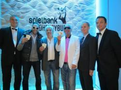 """Jo Mainz (2.v.rechts), Projektleiter der WestSpiel Poker Tour 2013, und die Turnierleiter Lars Müggenburg (links) und Heiko Gottschalk (rechts) beglückwünschen die Top Drei der WestSpiel Poker Tour 2013: Kadir Uzunoglu (3.v.links), """"Papalucho"""" (3.v.r.) und """"Elmo""""(2.v.l). (Foto: Robbie Quo / pokerfirma)"""