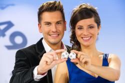 Die Lotto-Moderatoren Nina Azizi und Chris Fleischhauer. (Foto: DLTB/Oliver Dietze)