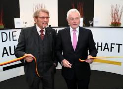 Sie durchschnitten das Eröffnungsband. Paul Gauselmann und Wolfgang Kubicki.