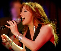 Corie Townsend aus Texas singt live im Club 2Hundert. (Foto: Kenny Stewart)