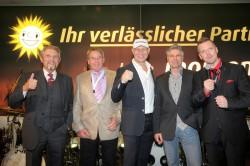 Paul Gauselmann (l.), Vorstand der Gauselmann AG, gratulierte Uwe Lücker (2. v. l.) und Ralf Drzymala (2. v. r.) zur Ersteigerung der beiden Merkur Dispenser 100. Moderiert wurde die Auktion von Boxlegende Axel Schulz (Mitte) und BB-Radio-Berlin-Moderator Jens Hermann (r.).