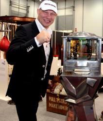 Ex-Profi-Boxer Axel Schulz, der in Kooperation mit dem Gauselmann-Tochterunternehmen  Cashpoint Amateurboxkämpfe auf der IMA live moderierte, ließ es sich natürlich nicht nehmen, die historischen Boxautomaten des Deutschen Automatenmuseums in Augenschein zu nehmen.