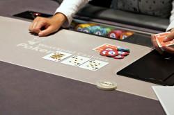 """Das Blatt zum Sonntag – die Spielbank Bremen ergänzt ihr Cash Game Pokerangebot mit einem wöchentlichen Turnier. Jeden Sonntag heißt es ab 17 Uhr """"Shuffle up and Deal"""" für das 100 Euro No Limit Turnier. (Foto: WestSpiel)"""