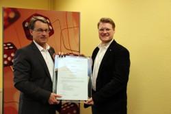 Für die Zukunft bestens gerüstet: Jörg Östermann (rechts) erhält sein Zertifikat von Joachim Mohrmann (links).
