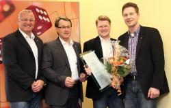 (V. l. n. r.) Personalreferent Peter Möller, Joachim Mohrmann, Jörg Östermann und Marco Bollmeier bei der Zertifikatsübergabe.