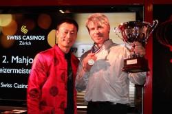 Donghua Li mit Mathias Horvat, dem Sieger der 2. Mahjong Schweizermeisterschaft.