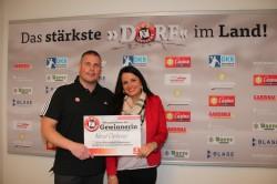 TuS N-Lübbecke-Trainer Dirk Beuchler überreichte Nicol Cichosz zwei Rückrunden-Dauerkarten für die Heimspiele des Bundesligisten.