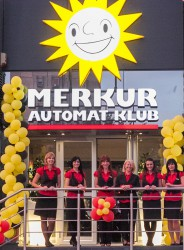 """Filialleiterin Dragana Dimitrijevic (3.v.r.) und ihr Team begrüßten die Gäste im neuen """"Merkur Automat Klub"""" in Belgrad."""