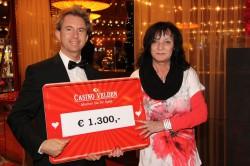 Gewinnerin Helene Veit mit Croupier und Moderator Rene Krassnig. (Foto: Casino Velden)