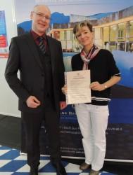 Die Gewinnerin Frau Andrea Weber. Links im Bild: Hr. Dir. Ralf Item (Spielbank Bad Reichenhall).