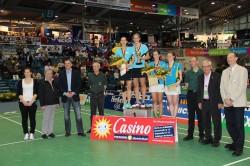 Strahlende Gewinnerinnen: Johanna Goliszewski vom 1. BV Mühlheim (5. v. l.) und Birgit Michels vom 1. BC Beuel (6. v. l.) entschieden das Damendoppel für sich.