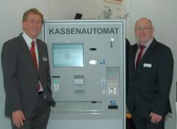 Ludwig Roß (rechts) von den Stadtwerken Gronau stand den zahlreichen Messebesuchern neben HESS-Vertriebsleiter Wolfgang Ristau und seinem Vertriebsteam als Experte zur Verfügung. Herr Roß berichtete aus der Praxis über seine Erfahrungen mit dem HESS Zahlungssystem mit Kassenautomat.