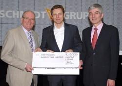 Geschäftsführer Burkhard Revers (Mitte) überreichte symbolisch die Spende an Hubert Ruthmann (links) und Edwin Kraft (rechts).